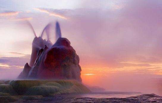 間歇泉噴發場面壯觀,著名冰島間歇泉爆發時最美