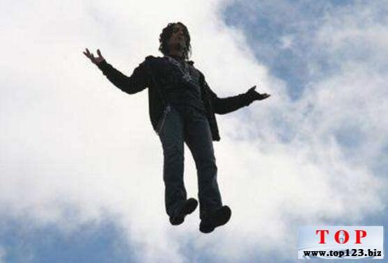 揭秘人體漂浮術的真相,就是魔術表演(有道具你也會)(www.top123.biz)